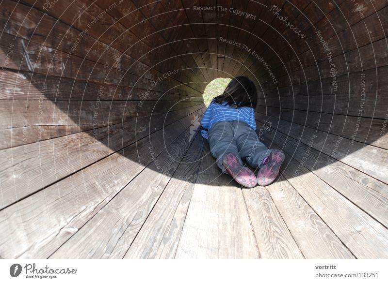 einsicht Frau Mensch Kind Mädchen Sonne Holz Kunst liegen Perspektive rund geheimnisvoll Aussicht wenige sehr wenige Versteck Einblick