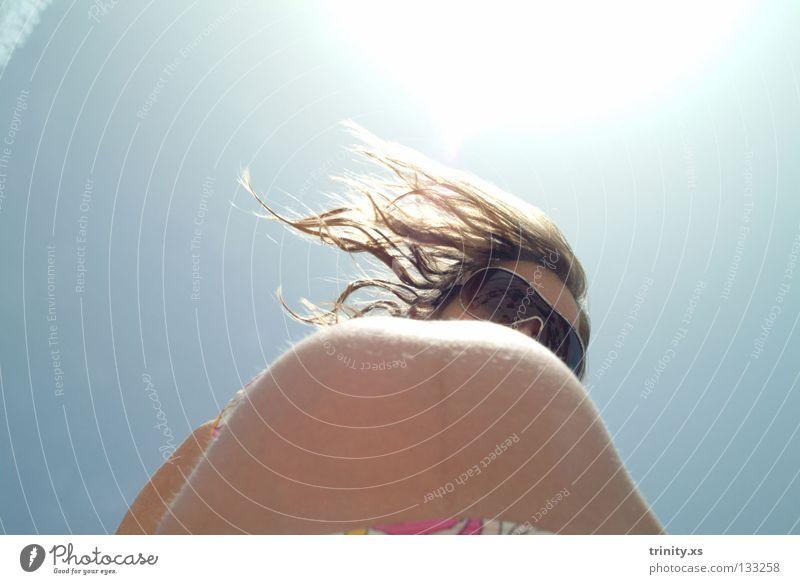 Doppelkugel Mensch Frau Himmel blau weiß Sommer Sonne Freude gelb Gesicht Haare & Frisuren lachen Lampe Sand hell Wind