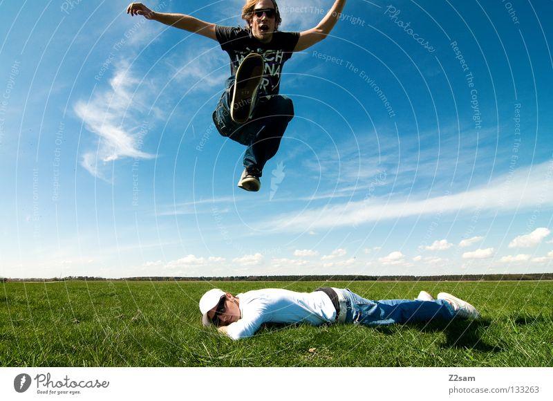 freakout sunday Mann Natur Jugendliche Himmel weiß grün blau Sommer ruhig Ferne Farbe Erholung Wiese springen Stil oben