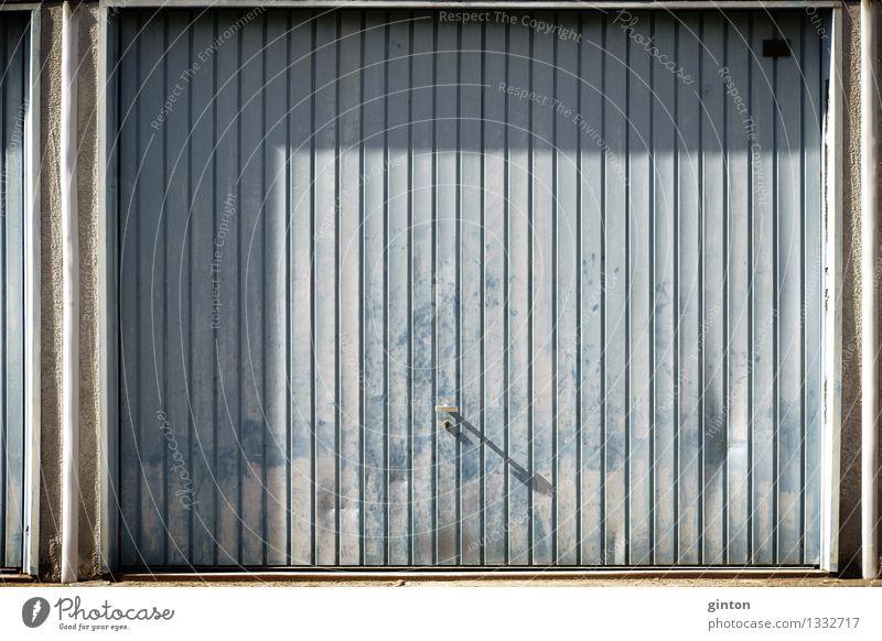 Markantes Garagentor alt Wand Architektur Gebäude Mauer Fassade Blech Abnutzung Schaden hell-blau Einfahrt Beule verwaschen