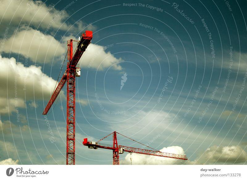 Hoch hinaus Himmel rot Wolken Industrie Baustelle Bauarbeiter Handwerk Kran Konstruktion Baugerüst Drehung Hochsitz luftig schwindelfrei Kranfahrer