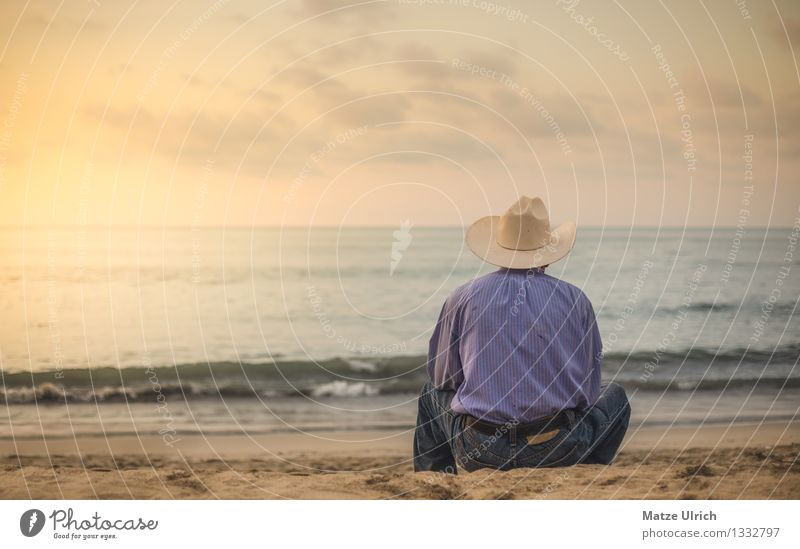 Lonesome at the Beach maskulin Mann Erwachsene Großvater 1 Mensch 45-60 Jahre Sand Wasser Sommer Wellen Küste Strand Hemd Jeanshose Hut Cowboyhut sitzen träumen