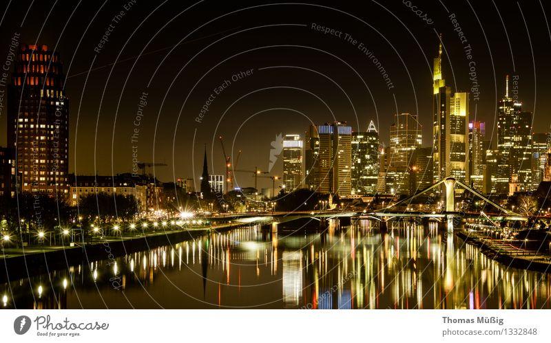 Frankfurt bei Nacht Stadt Business Wachstum Hochhaus Skyline Stadtzentrum Frankfurt am Main Wasserspiegelung Bankenviertel