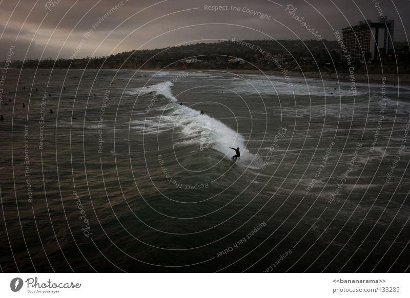 Gefährliche Brandung Surfer Wellen Strand Meer Hotel Sandstrand Surfen dunkel gefährlich Nacht fantastisch Sport Meerwasser Kalifornien Wasser Küste Funsport