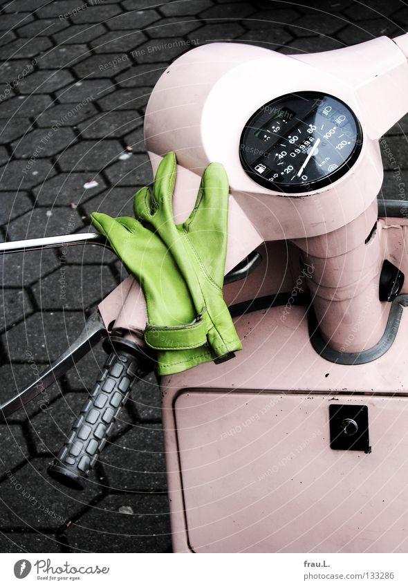 Ich will fahrn Handschuhe grün Leder rosa Tachometer fahren teuer Beton parken schick CO2-Ausstoß Milchbar Sommer Verkehr Bekleidung Freude Kleinmotorrad