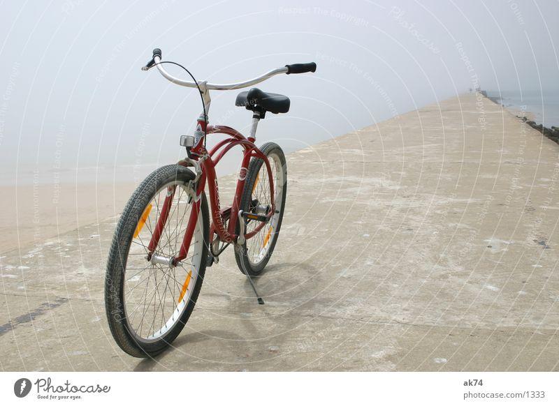 Cruiser rot Strand Fahrrad Verkehr treten