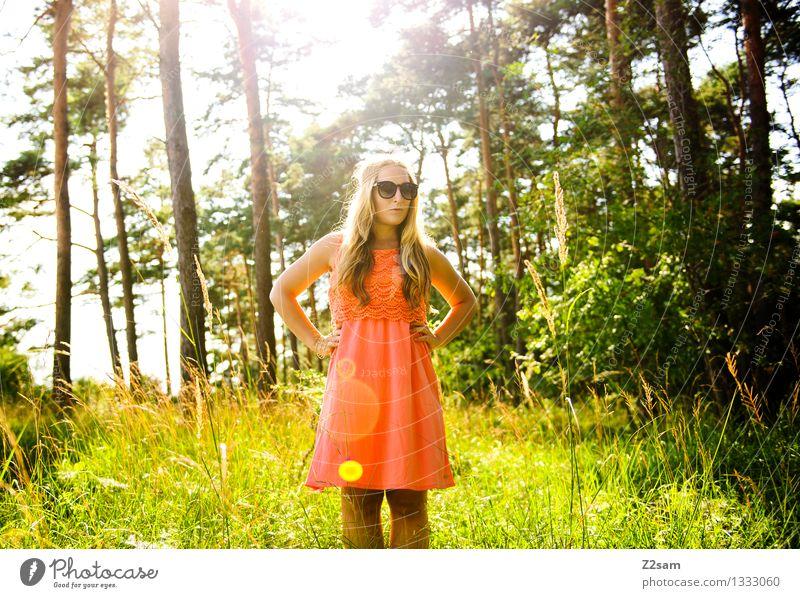 Sommermärchen Lifestyle elegant Stil Sonne feminin Junge Frau Jugendliche 18-30 Jahre Erwachsene Natur Landschaft Schönes Wetter Baum Gras Kleid Sonnenbrille