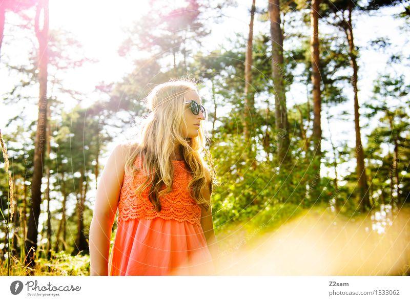 Schön wars Natur Jugendliche Pflanze schön Sommer Junge Frau Sonne Landschaft 18-30 Jahre Wald Erwachsene natürlich feminin Stil Glück Denken