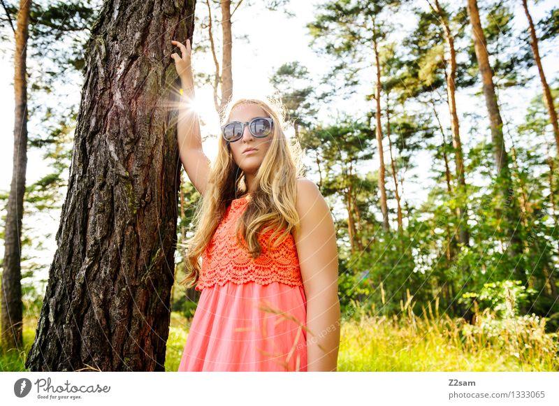 Mein Freund der Baum elegant feminin Junge Frau Jugendliche 1 Mensch 18-30 Jahre Erwachsene Natur Sonne Sommer Schönes Wetter Wald Mode Kleid Sonnenbrille blond