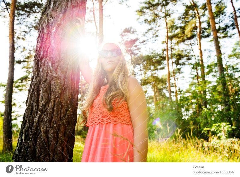 Steht ein Mädchen im Walde Lifestyle elegant Stil feminin Junge Frau Jugendliche 18-30 Jahre Erwachsene Natur Landschaft Schönes Wetter Mode Kleid Sonnenbrille