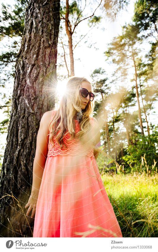 Sommertraum Natur Jugendliche schön Junge Frau Baum Einsamkeit Landschaft 18-30 Jahre Erwachsene Wärme Wiese Gras feminin Stil Lifestyle