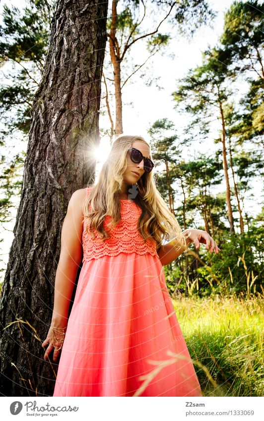 Diva and the tree Mensch Natur Jugendliche schön Sommer Junge Frau Baum ruhig 18-30 Jahre Erwachsene Wärme feminin Denken Mode rosa träumen