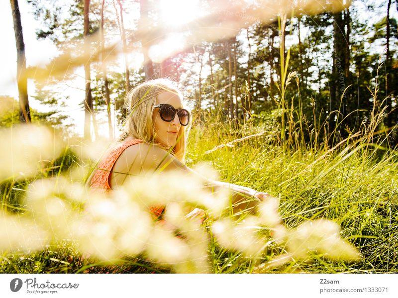 Sommertraum Lifestyle elegant Stil schön feminin Junge Frau Jugendliche 18-30 Jahre Erwachsene Natur Landschaft Sonnenlicht Schönes Wetter Gras Wiese Kleid