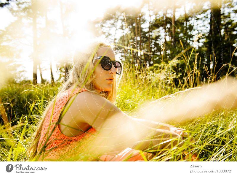 Wiesenpause Mensch Natur Jugendliche grün schön Sommer Junge Frau Sonne Baum Erholung ruhig 18-30 Jahre Wald Erwachsene Gras feminin