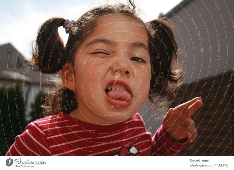 Ätsch! Kind Mädchen Sommer Garten grinsen frech Zunge Mund