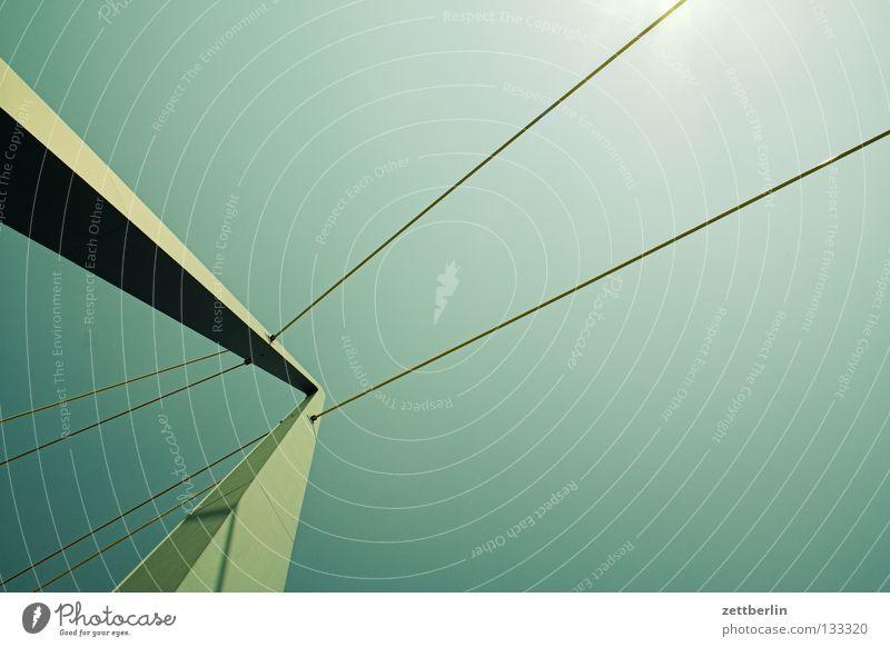 Brückentag Konstruktion Brückenkonstruktion Hochbau Beton Stahl aufregend Säule Brückenpfeiler Himmel spannseil Trosse stahltrossen Elektrizität Schönes Wetter