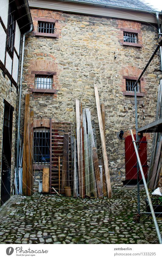 Der Graue Hof Stadt alt Fenster Holz Fassade Stadtleben Tür Baustelle historisch Bauernhof Wirtschaft Kopfsteinpflaster Lager eng Pflastersteine antik