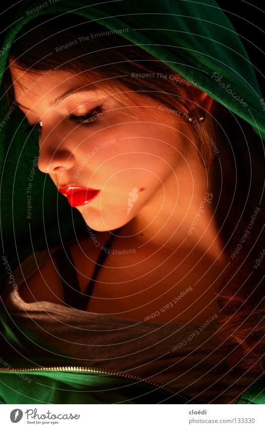 nachdenklich. Frau grün rot schwarz Beautyfotografie geheimnisvoll Märchen Schneewittchen