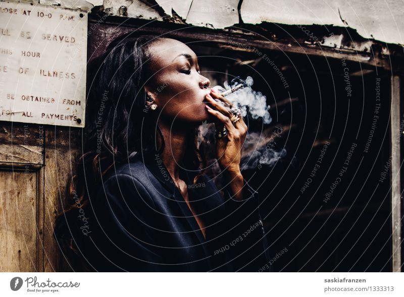 Smoking. Lifestyle Reichtum elegant schön Rauchen Mensch feminin Junge Frau Jugendliche Erwachsene 1 18-30 Jahre Mode Bekleidung Anzug schwarzhaarig langhaarig
