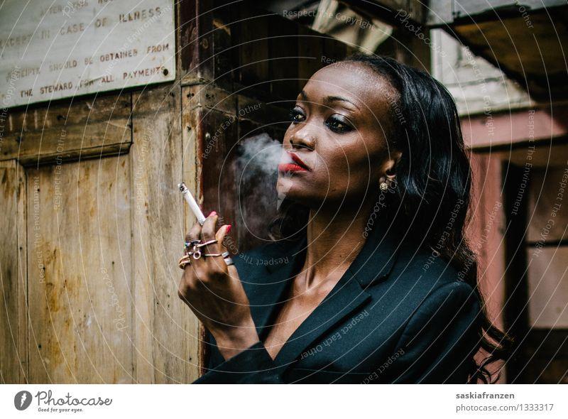 Relax, baby. Lifestyle Rauchen Mensch feminin Junge Frau Jugendliche 1 18-30 Jahre Erwachsene Mode Bekleidung Anzug Accessoire Ring schwarzhaarig ästhetisch