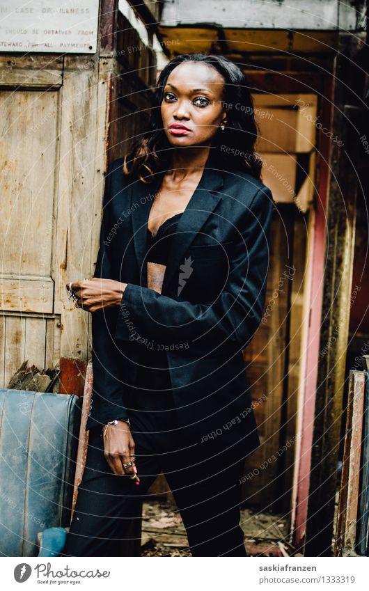 I see you. Mensch Frau Jugendliche schön Junge Frau Erotik 18-30 Jahre schwarz Erwachsene feminin Stil Lifestyle Mode elegant ästhetisch Bekleidung