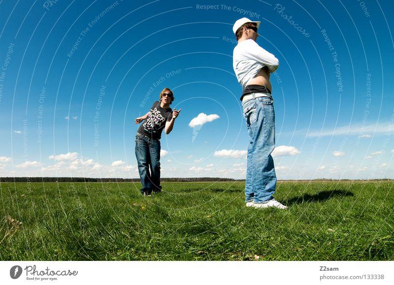 posing sunday Mann Natur Jugendliche Himmel weiß grün blau Sommer ruhig Ferne Farbe Erholung Wiese springen Stil Gras
