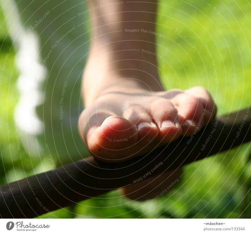 ohne Schuhe / without shoes III Barfuß gehen Gesundheit Gras Halm grün Klee Kleeblatt Nagel Sommer Wiese Zehen Sonne Leitersprosse drücken steigen Hose weiß