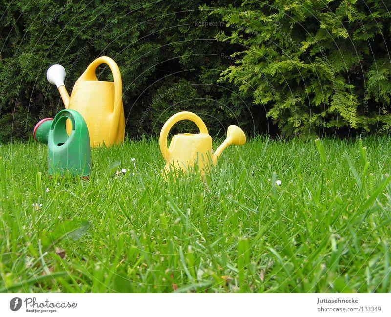 There´s a jungle out there Kannen Gießkanne grün gelb Wiese Gras gießen Gärtner Gartenarbeit Spielzeug Wachstum nass klein groß laufen Vertrauen Sommer Park