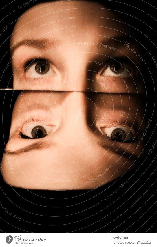 Unter Beobachtung Frau Licht stehen Gedanke Zeit Gefühle wahrnehmen Stil Lippen bleich Auslöser Sinnesorgane Erkenntnis Spiegel Spiegelbild Blick Perspektive