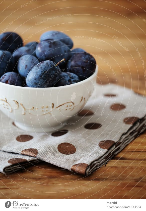 Zwetschgenparade Lebensmittel Frucht Ernährung Essen Gefühle Pflaume Foodfotografie Süßwaren lecker geschmackvoll Schalen & Schüsseln Punkt Holztisch