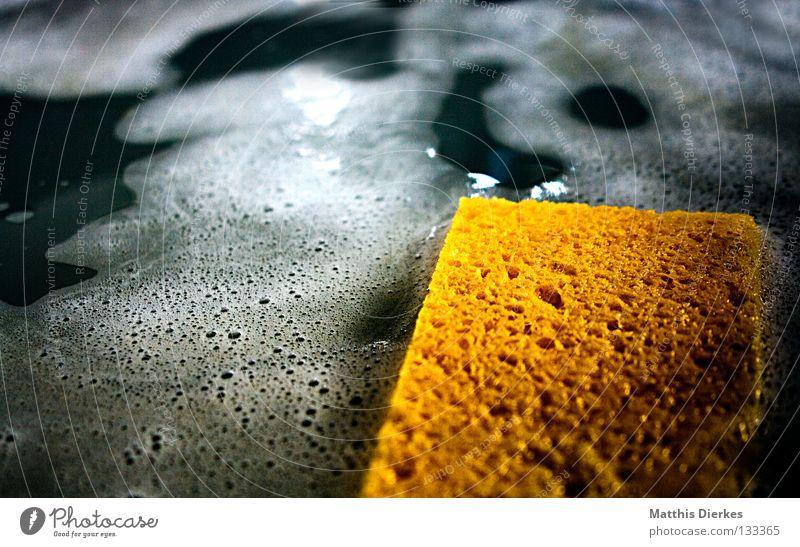 Schwamm Putztuch Reinigen Geschirrspülen Küche Seife Blubbern gelb Pfanne Besteck Haushalt aufräumen Frühjahrsputz Umwelt Umweltverschmutzung Schadstoff Gift