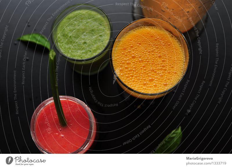 Verschiedene detox Säfte Lebensmittel Gemüse Frucht Apfel Orange Milchshake Ernährung Frühstück Mittagessen Bioprodukte Vegetarische Ernährung Diät Getränk