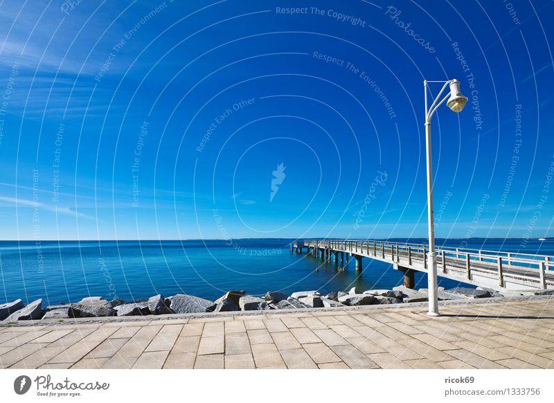 Seebrücke Saßnitz Ferien & Urlaub & Reisen blau Wasser Meer Wolken Küste Stein Tourismus Idylle Romantik Ostsee Straßenbeleuchtung Sehenswürdigkeit Anlegestelle