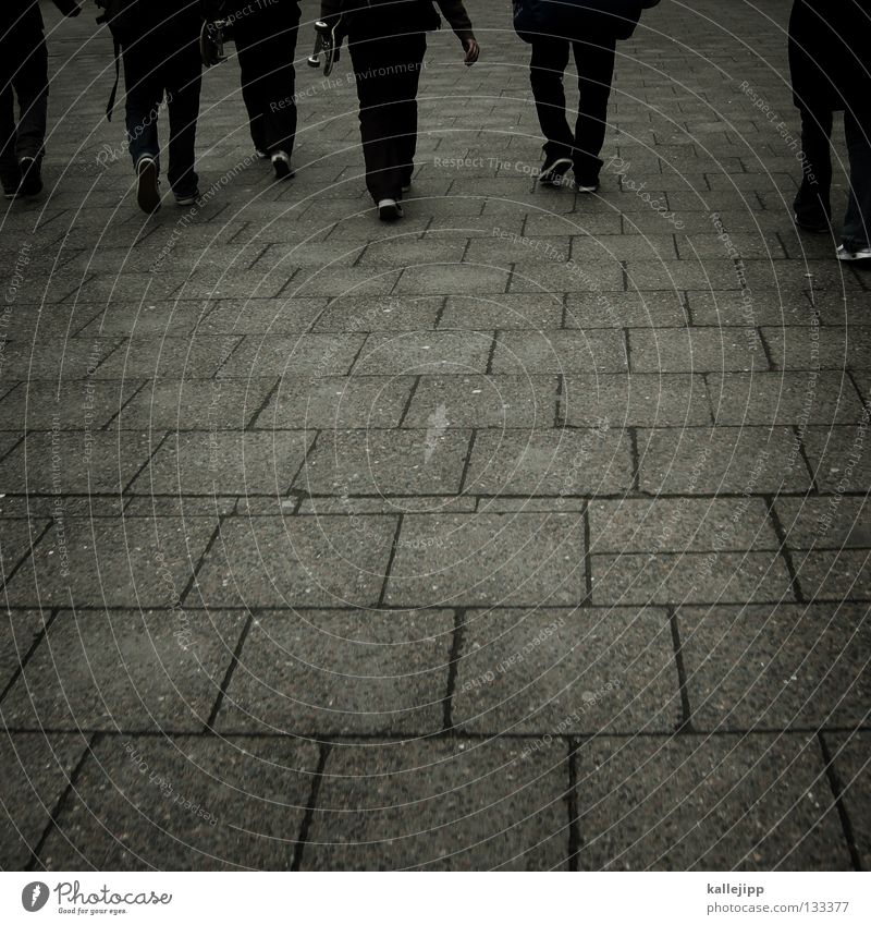 5 freunde + passant Mensch Jugendliche Stadt Ferien & Urlaub & Reisen Straße Wege & Pfade Menschengruppe Freizeit & Hobby laufen wandern Ausflug frei Aktion