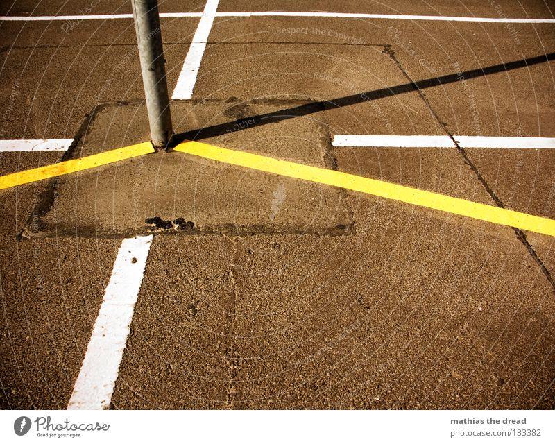SCHNITTPUNKT parken Parkplatz Rechteck weiß gelb Sonnenlicht Asphalt kalt Physik hart Laterne Erholung schlafen Rastalocken Einsamkeit genießen Sonnenbad hängen