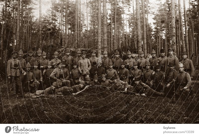 Im Wald da sind die Räuber Mensch alt Gewehr Krieg Soldat Maschinengewehr