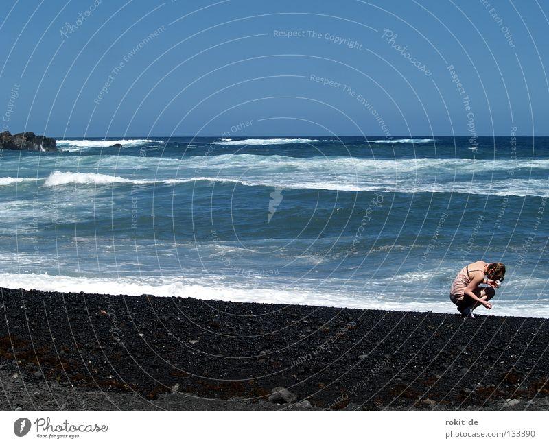 Meine kleine Meerjungfrau... Frau Jugendliche Freude Strand Stein Küste Wellen nass Suche Insel Kleid Muschel Respekt Atlantik Lava
