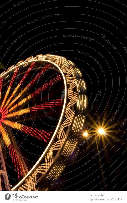 spinning around II Nacht dunkel Schweben Jahrmarkt Kreisel Fischauge grün rot gelb Ladengeschäft Fahrgeschäfte Eingang Riesenrad faszinierend schön Macht