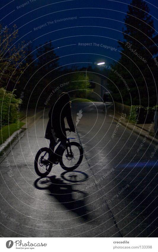 lonely biker II Nacht Motorradfahrer fahren Gleichgewicht Fahrrad Mountainbike Teer Baum Tanne Licht Laterne Haus Konzentration Freude Kraft daußen faru
