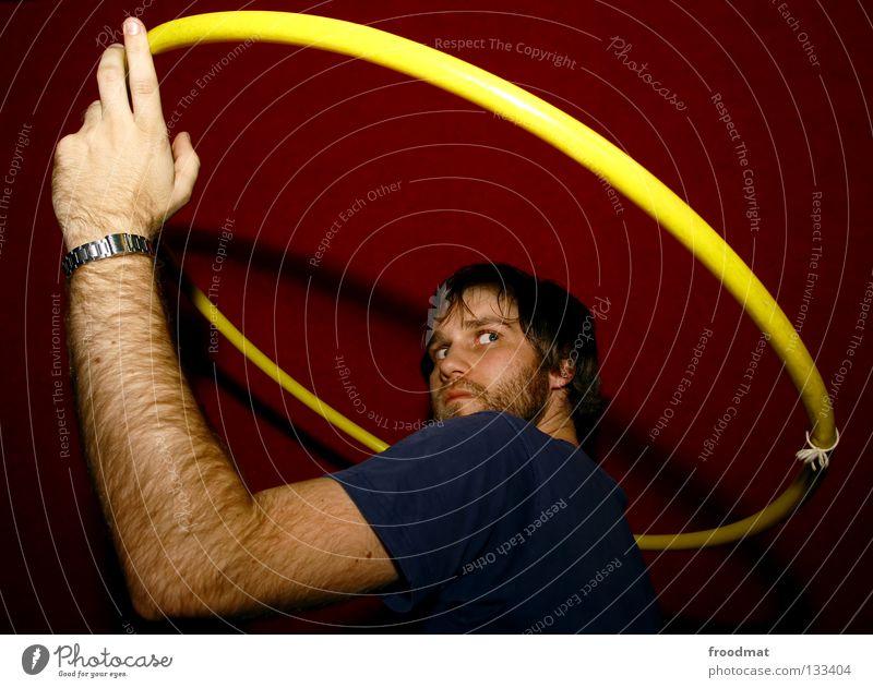 Umlaufbahn Hula Hoop Reifen Hongkong rot gelb Aktion verschwitzt Zirkus drehen Kopfschmerzen diagonal Spielen Jugendliche reifentreiben Gesicht Gesichtsausdruck