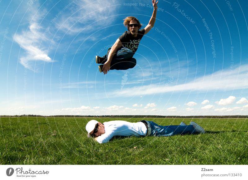 freakout sunday II Mann Natur Jugendliche Himmel weiß grün blau Sommer ruhig Ferne Farbe Erholung Wiese springen Stil oben