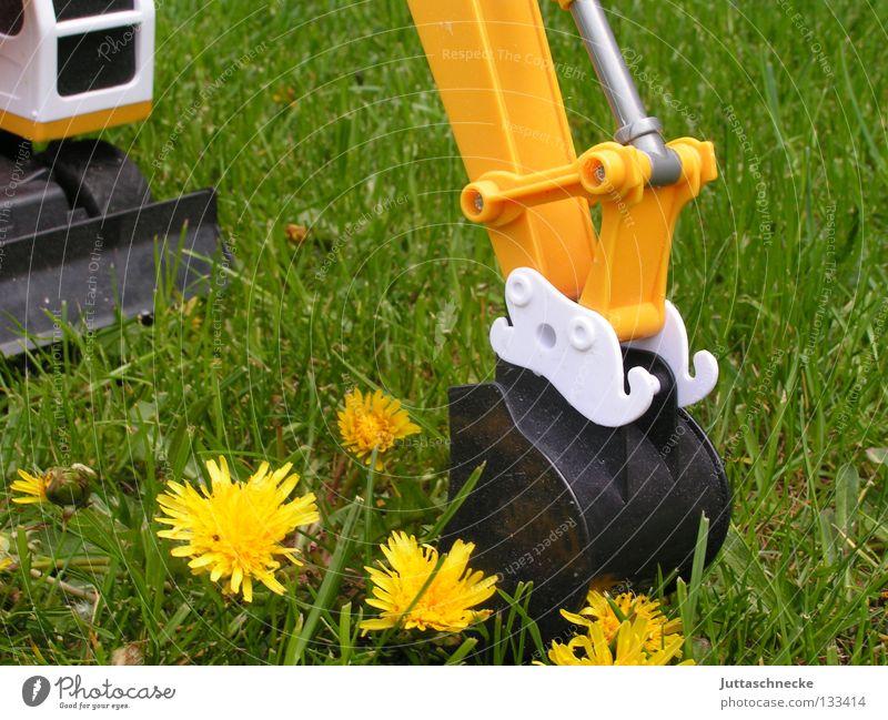 Anbaggern Bagger Spielzeug Schaufel gelb Löwenzahn Sommer grün Wiese Spielen Gras Blume Graben Industrie Kraft Verkehr Bobcat Greifarm Garten toy toys garden