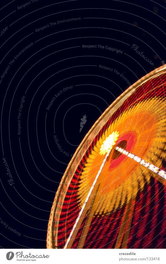 RiesenRad II Nacht dunkel Schweben Jahrmarkt Kreisel Fischauge grün rot gelb Ladengeschäft Fahrgeschäfte Eingang Riesenrad faszinierend schön Macht fantastisch