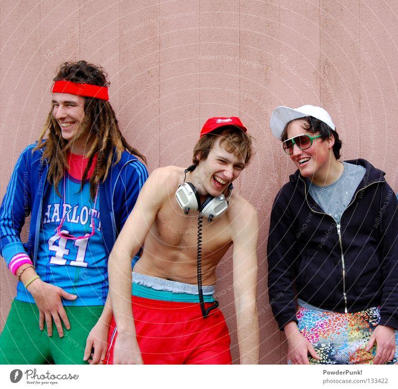 grinz retro Mütze Kopfhörer rot Mauer Konzert Musik Freude funky boys lachen funny gruppenbild
