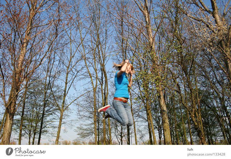 vorfreude Himmel Jugendliche blau Sommer Baum Freude Frühling Glück lachen springen Luftverkehr Fröhlichkeit Lebensfreude türkis Baumkrone fliegend