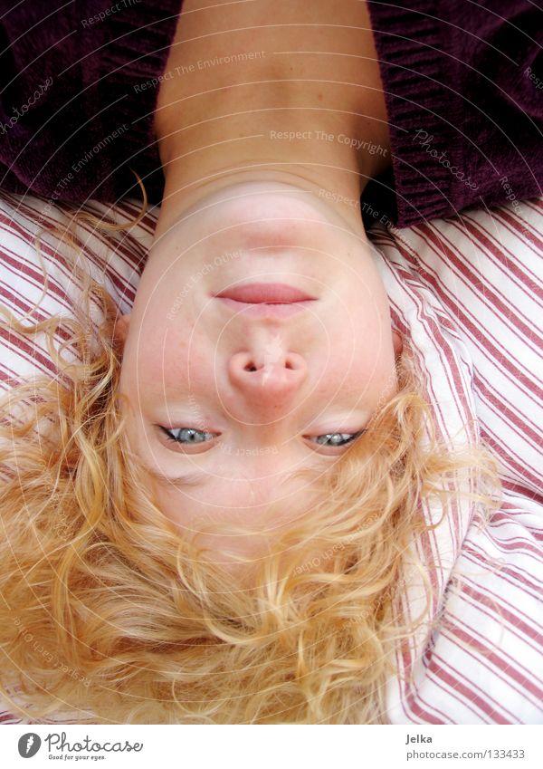 head over. Mensch Frau weiß rot Gesicht Erwachsene Kopf Haare & Frisuren blond Mund liegen Nase Geschwindigkeit Streifen Bett Bettwäsche