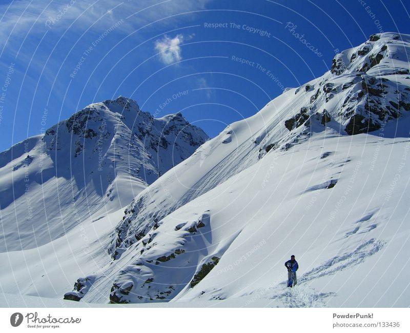 kleiner mann im Montafon Spielen Winter Schnee Berge u. Gebirge Sport Wintersport Skipiste Himmel Wärme Alpen blau Österreich Snowboarding Snowboarder