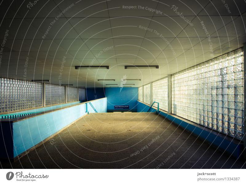 scheinbar Eingang Stadt blau Einsamkeit Ferne Fenster Umwelt Wege & Pfade Gebäude trist authentisch Beginn retro Verkehrswege eckig DDR