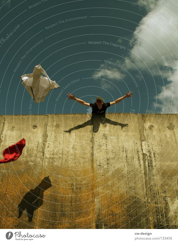 THE WALL | FEEL FREE Wand Beton Mann maskulin hüpfen springen Schweben Detailaufnahme Freude laufen Mensch fallen fliegen Freiheit frei feel free