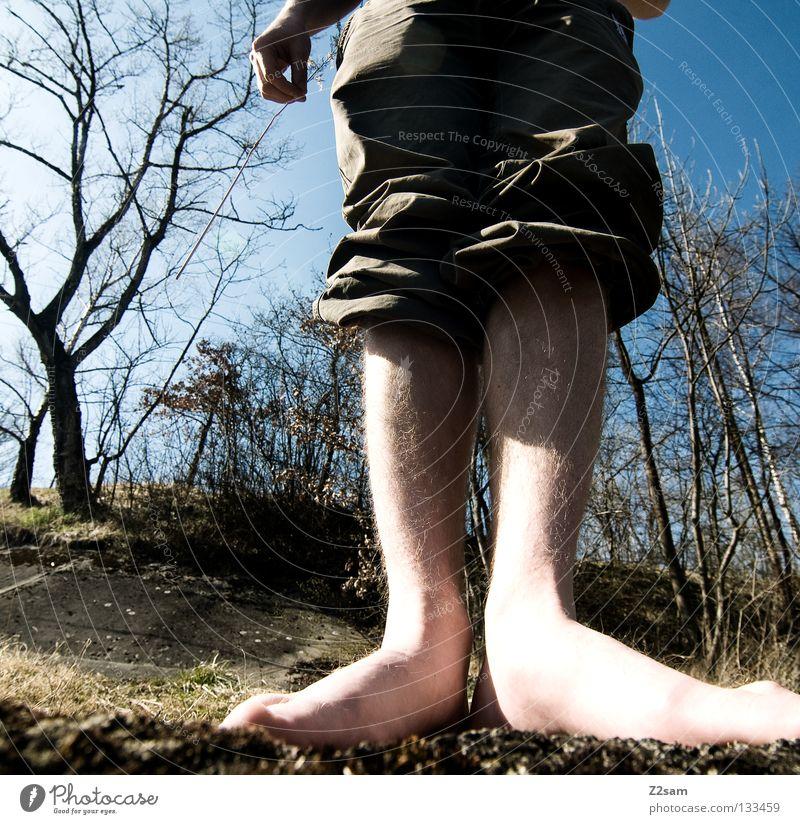 plattfußindianer Mensch Mann Natur Hand Baum Sommer Gras Fuß Beine groß Perspektive stehen Bodenbelag Hose 10 kurz